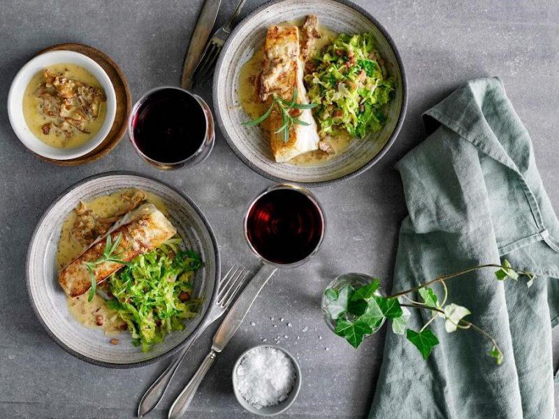 Brynt hälleflundra med baconstekt savoykål och kantarellsås