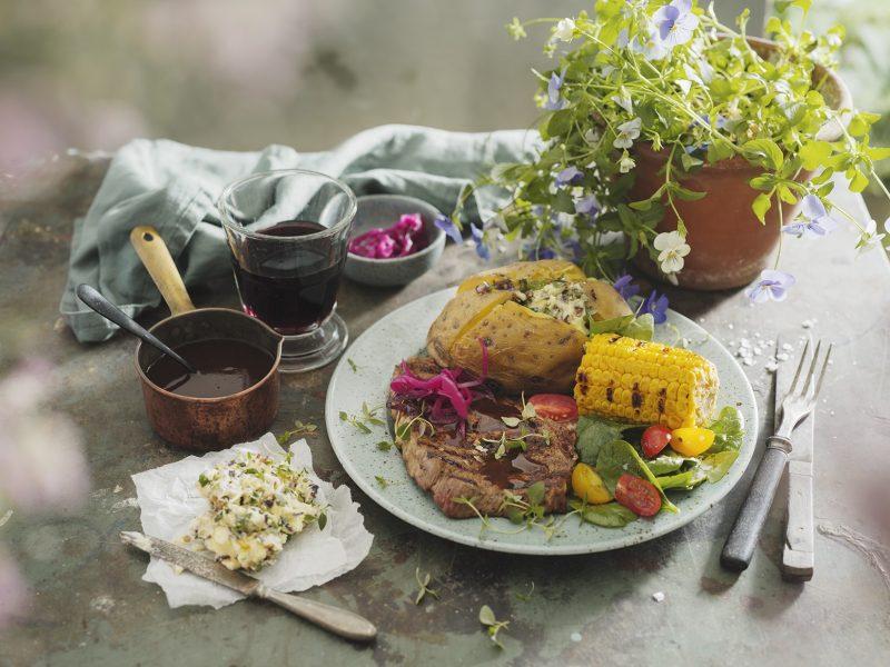 Grillad entrecôte med variation på rödlök, grillad majs och foliebakad potatis