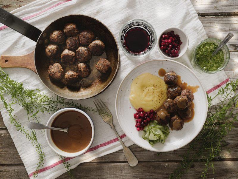 Svarta bönbullar med potatispuré, inlagd gurka och brunsås