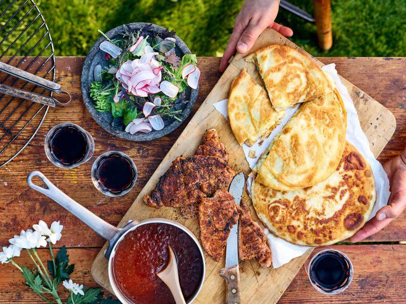 Kryddig-fläskkarre-med-potatisquesadilla-och-barbequesås