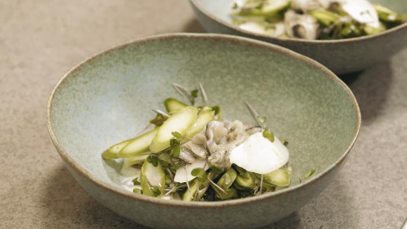 Råmarinerad sparris med syrad grädde och ostron