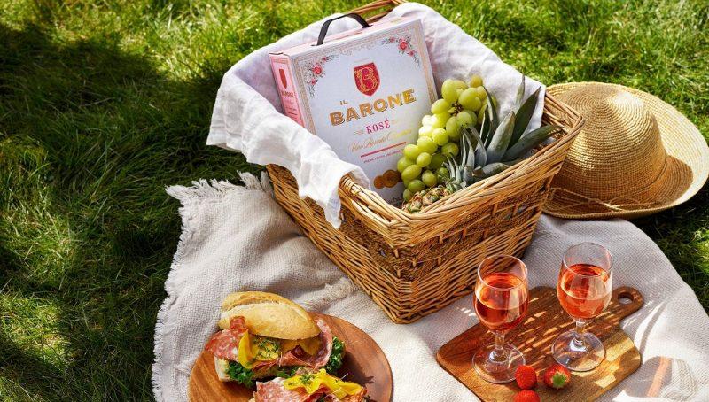 Picknick rosé Baguette fylld med kronärtskockscreme, fänkålssalami, krispig sallad och råmarinerade gulbetor
