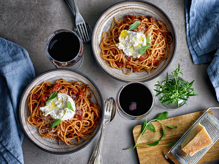 Spagetti_örtig_tomatsås_burrata_parmesan_röttvin-