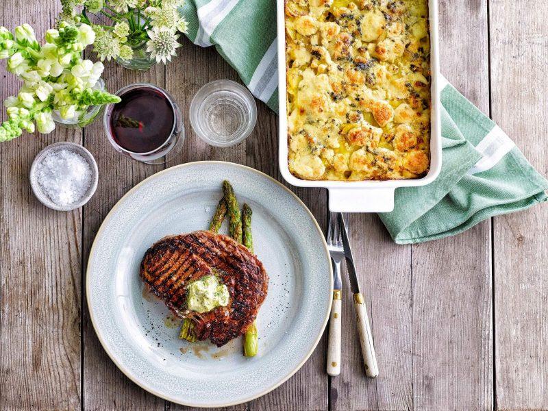 Grillad entrecote och sparris med ädelostgratinerad potatisgratäng och vitlökssmör