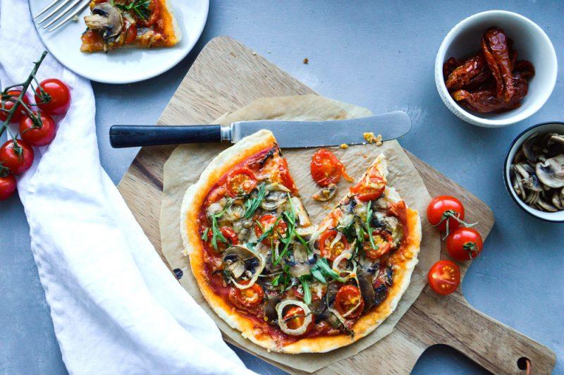 pizza med champinjoner och körsbärstomater