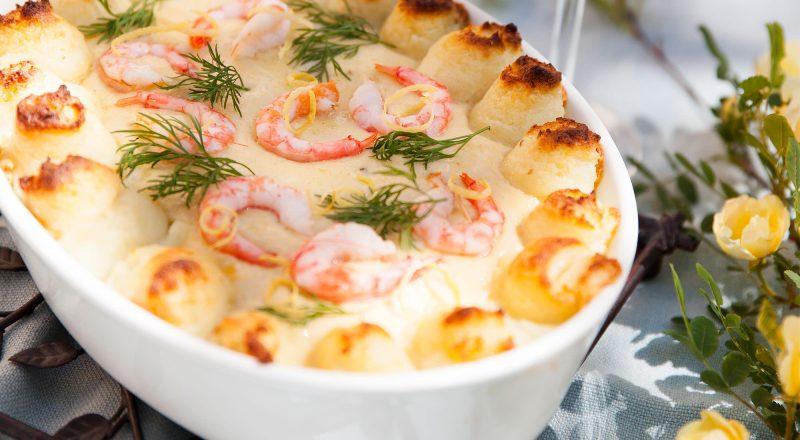 Recept fiskgratäng med lax, räkor och torsk i vitvinssås