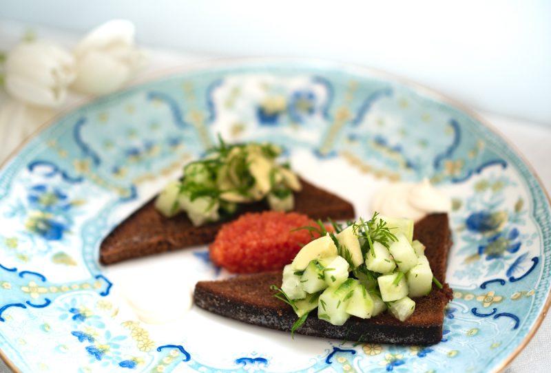 Recept avokado- och gurksalladstoast med rom och smetana