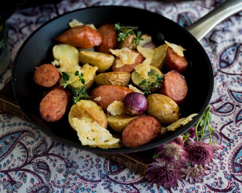 Recept kryddiga korvar med rostad potatis samt krämig sås med örtolja