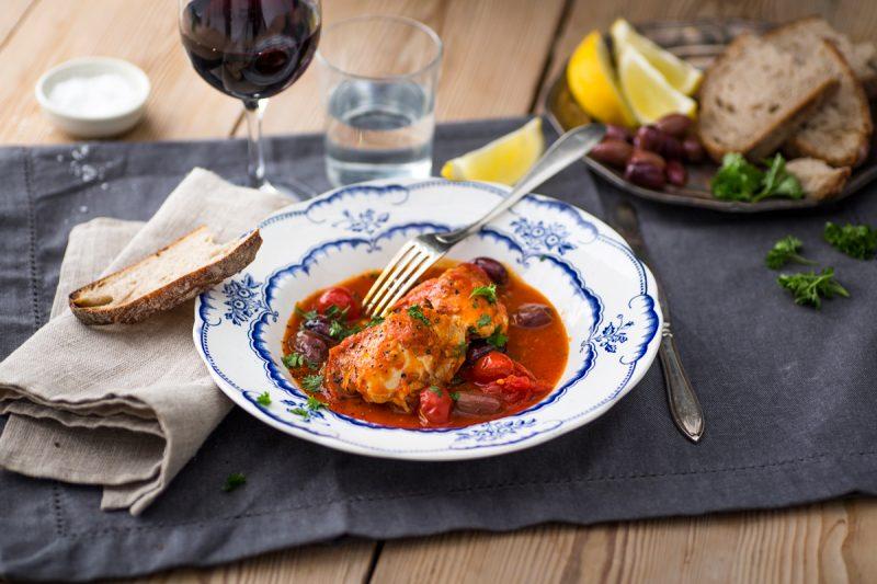 Kycklinglårfilé i tomatsås med citron och oliver