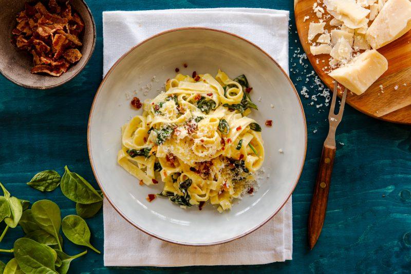 krämig pasta med spenat och bacon