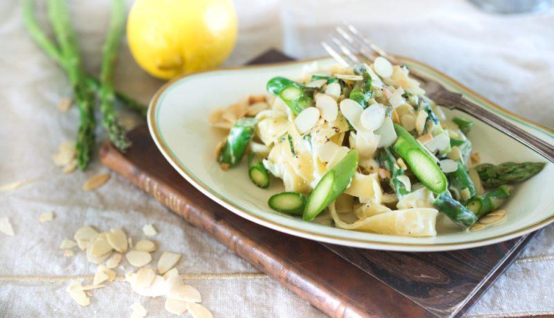 Vårig pasta med sparris, örter och rostad mandel