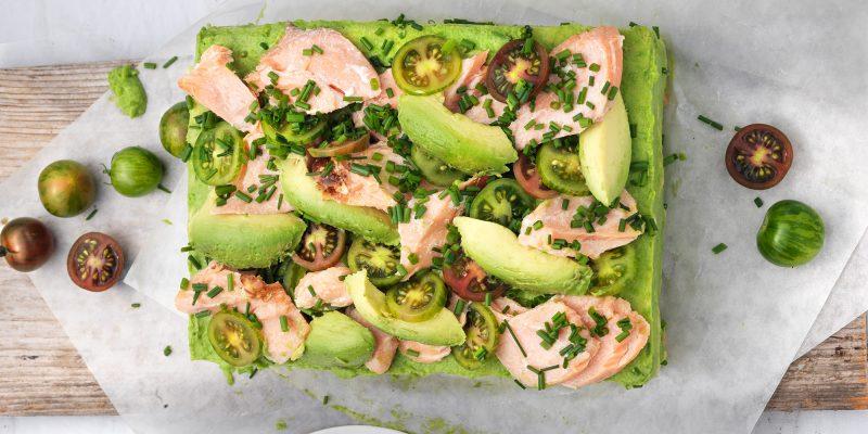 Grön smörgåstårta med varmrökt lax