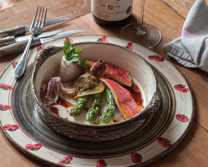 Stekt rödmulle med sparris och ravioli