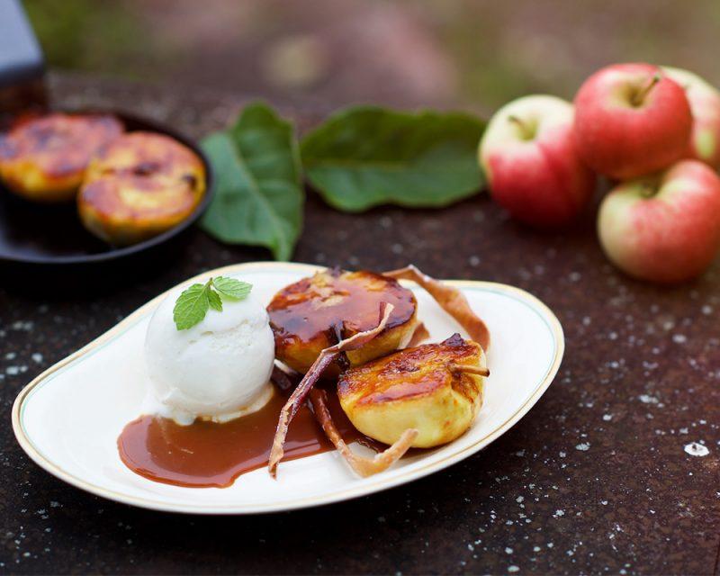Karamelliserade äpplen med gräddfilsglass