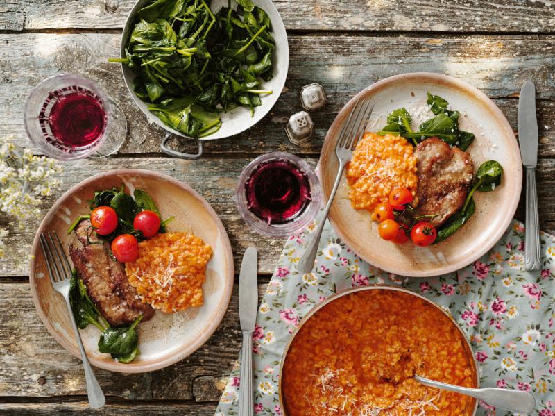 Halstrade kalvschnitzlar med tomatrisotto, balsamico-tomater och lättstekt spenat